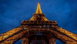 Alertă la Paris. Ce a încercat un individ să facă la Turnul Eiffel