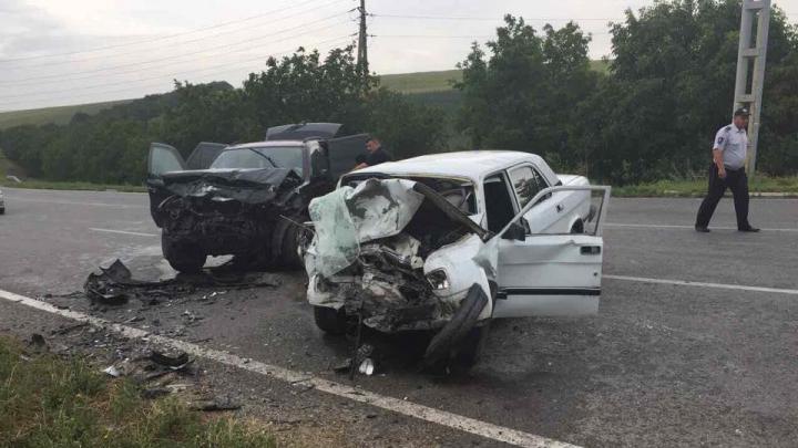 O Volga s-a facut praf într-o curbă! Şase persoane au fost rănite în urma unui GRAV accident pe șoseaua Orhei-Rezina