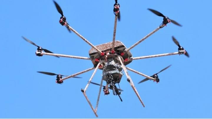 VIITORUL RĂZBOIULUI. O mitralieră instalată pe o dronă, sugerează soldatul neînfricat (VIDEO)
