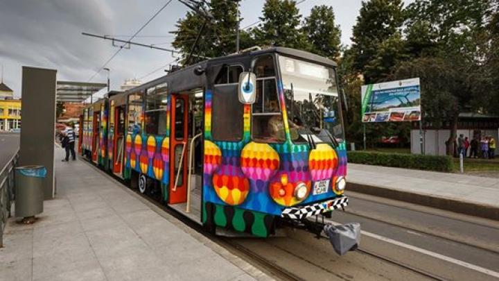 Tramvaie colorate de artiştii stradali. Unde pot fi găsite