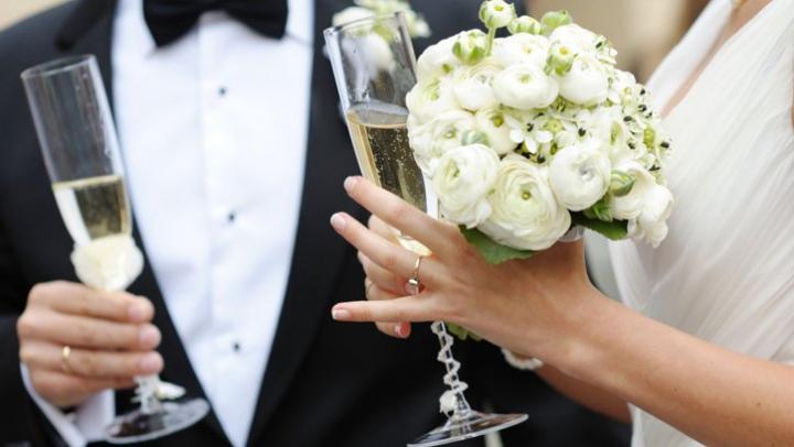 Tentativă de omor la o nuntă! O tânără a ajuns în stare gravă la spital după ce a fost lovită cu un baston în cap