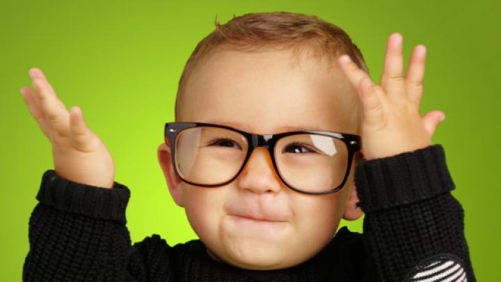 Pete pe ochelari? Iată câteva trucuri cum îi poţi curăţa rapid şi simplu