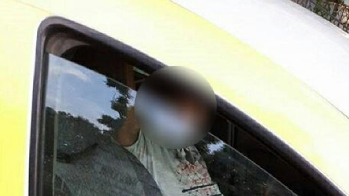 Nesimțire maximă. Un taximetrist din Capitală, surprins fără chiloți în mașina de serviciu (IMAGINI 18+)