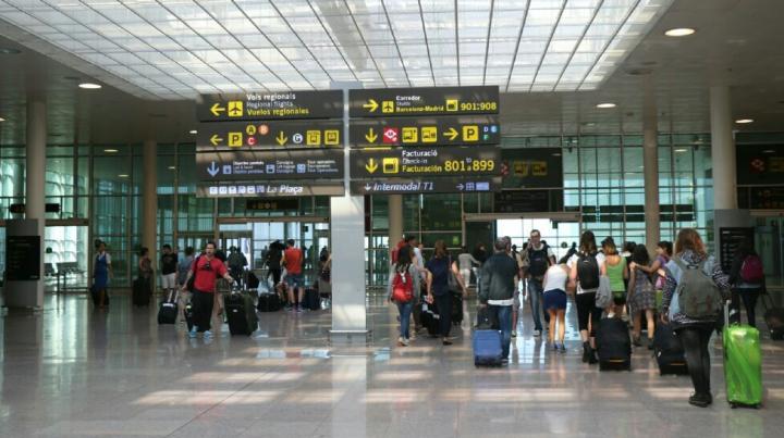 AŞA CEVA NU AI MAI VĂZUT! Ce a făcut un tânăr în aeroport ca să înveselască atmosfera, după ce un ZBOR A FOST ANULAT (VIDEO)