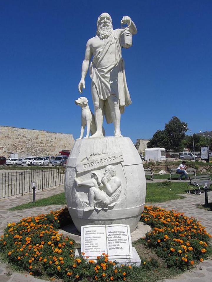 Oraşul unde se lucrează până miercuri, nu există semafoare, iar oamenii se conduc după regulile filozofului grec Diogenes