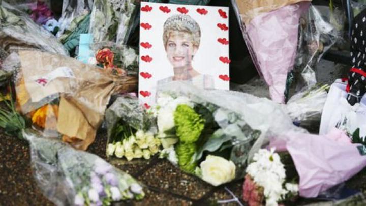 Zeci de britanici i-au adus omagiu Prinţesei Diana. Ei au depus flori în faţa Palatului Kensington (FOTO/VIDEO)