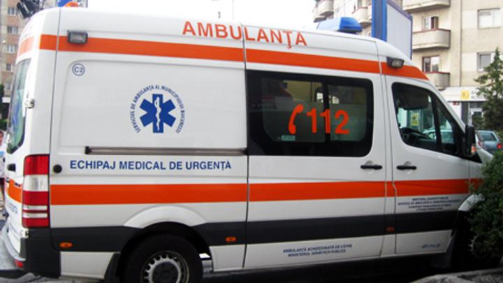 CAZ ȘOCANT! O femeie A MURIT, după ce rudele au VANDALIZAT ambulanța în care se afla