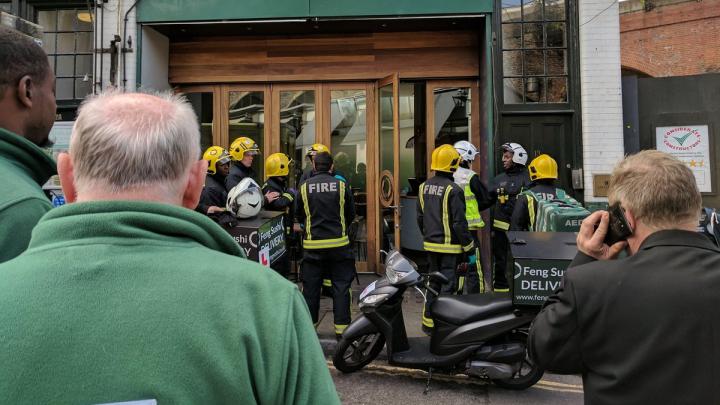 Trei persoane au suferit în urma unui ATAC CU SUBSTANŢE CHIMICE neidentificate. Incidentul s-a produs într-un restaurant din Londra