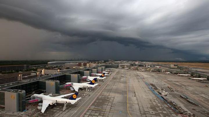 Vremea rea dă peste cap traficul feroviar, aerian şi rutier, la Frankfurt
