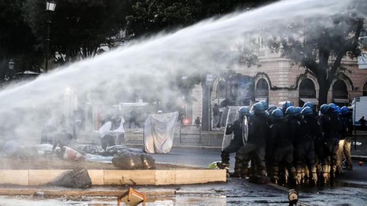 Violenţe în Capitala Italiei. Peste 100 de refugiaţii au fost evacuaţi cu tunuri de apă (FOTO)