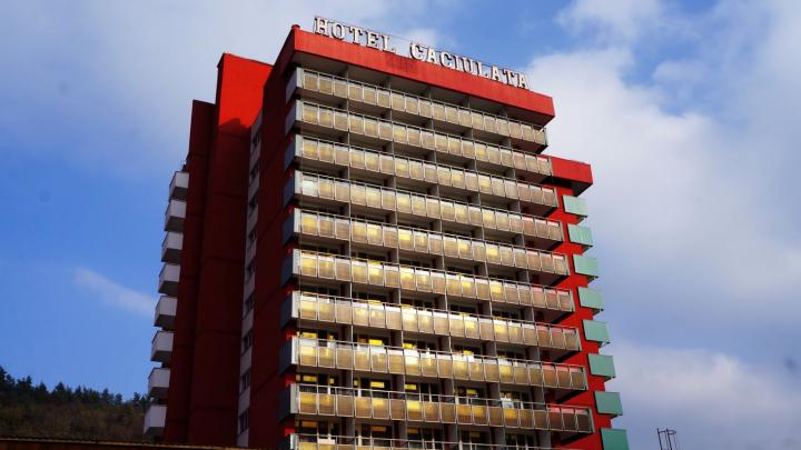 Suicid într-un hotel din Călimăneşti. Un bărbat s-a aruncat în gol de la etajul zece