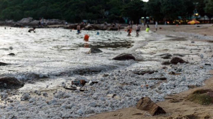 Plaje închise în Hong Kong. Localnicii susţin că apele rămân acoperite de spumă.