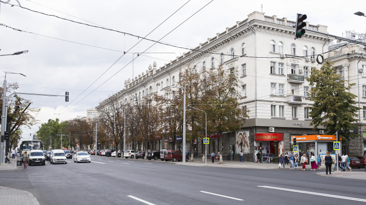 În sfârsit! Aseară au început lucrările de aplicare a marcajului rutier pe bulevardul Ștefan cel Mare