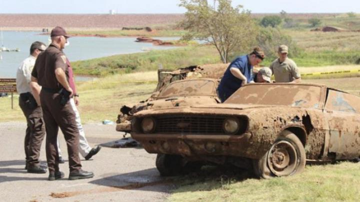 Au scos dintr-un lac două maşini. Este ŞOCANT ce au găsit în interior (FOTO)