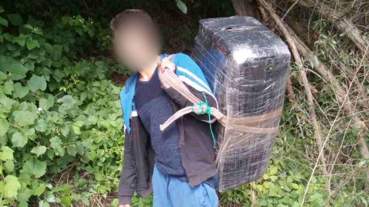 Un băiat de 14 ani, implicat în contrabandă cu ţigări, a fost reţinut de poliţiştii de frontieră (FOTO)
