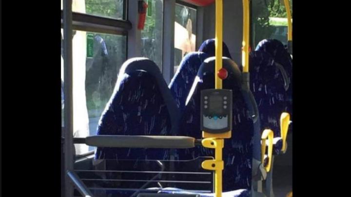 Imagine VIRALĂ: Un grup anti-imigrație a confundat scaunele goale din autobuz cu femei musulmane