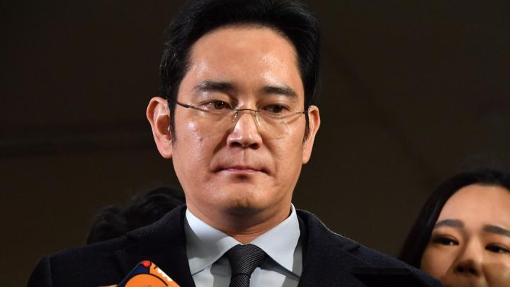 Moştenitorul imperiului Samsung a fost condamnat la cinci ani de închisoare pentru corupţie