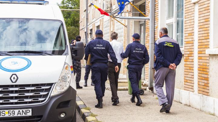 Un interlop turc cercetat pentru organizarea unui grup criminal și migraţie ilegală, predat autorităților române (VIDEO)