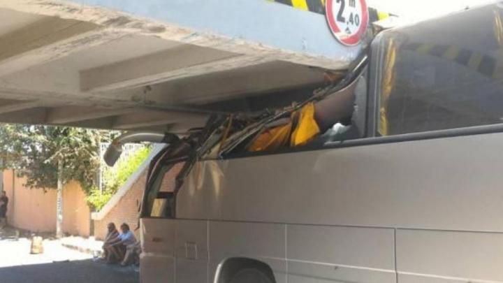 18 turişti răniţi la Roma după ce autocarul în care călătoreau s-a izbit de un pod feroviar