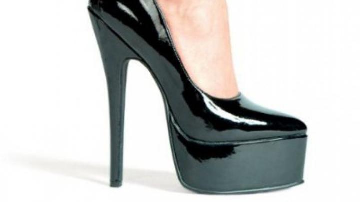 Cele mai frecvente greșeli pe care le fac femeile atunci când portă pantofi cu toc