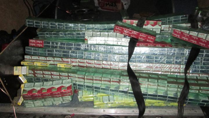 Tentative de trafic ilicit cu țigarete și anabolizante, anihilate de vameșii de la Sculeni (FOTO)