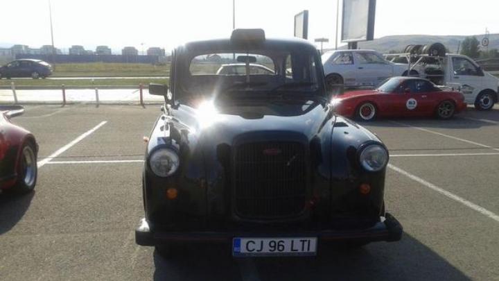 Un taxi de epocă abandonat la un service auto din Marea Britanie face senzație în Cluj. Cum arată bijuteria pe patru roți