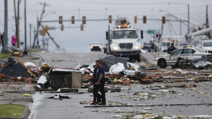 Trei tornade au lovit un oraş din Oklahoma. Peste 30 de persoane au fost rănite