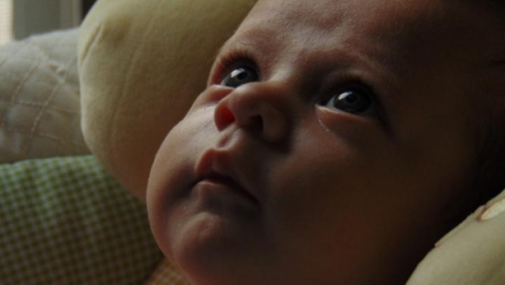 STRIGĂTOR LA CER! Un bebeluş de aproape o lună a fost găsit abandonat în scara unui bloc din Capitală