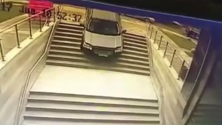 A confundat intrarea la metrou cu intrarea într-o parcare subterană (VIDEO)