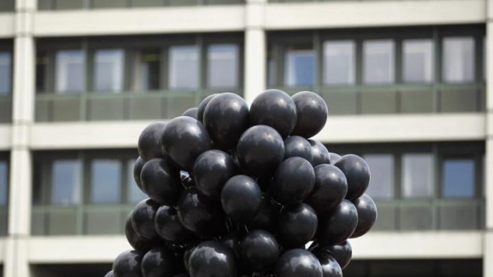 Sute de baloane negre au împânzit cerul Iugoslaviei. Ce mesaj era scris pe ele