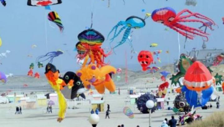 Spectacol plin de culoare pe cerul din Taiwan: Sute de zmeie, ridicaţi în aer, la zeci de metri altitudine