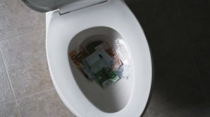Două femei au aruncat la toaleta unei bănci din Geneva aproape 100 de mii de euro