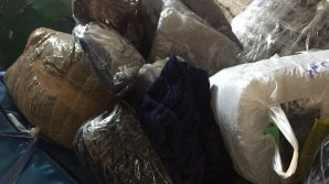"""Aduceau marfă prin contrabandă de la """"KM 7"""", apoi o vindeau în Chişinău. Doi bărbaţi, reţinuţi (VIDEO)"""
