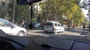Moldova într-o singură imagine. Ce face o profesoară şi elevii săi este REVOLTĂTOR (FOTO)