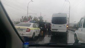 Plouă și cu accidente rutiere în Capitală. Traficul e anevoios nu numai din cauza vremii dar și a șoferilor (FOTO)