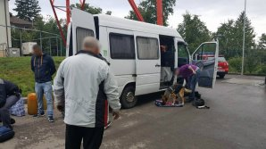UN Mercedes Sprinter căptuşit cu ţigarete de contrabandă a fost descoperit pe drumurile din România