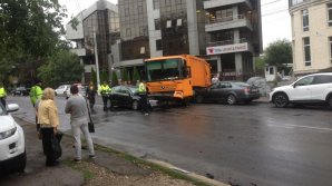 Nervi în trafic la început de săptămână. Un grav accident rutier a avut loc în centrul Capitalei (VIDEO)