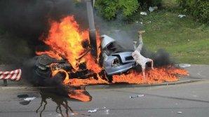 FANTASTIC! Un şofer a scăpat cu viaţă după ce maşina sa a intrat într-un stâlp şi a EXPLODAT (VIDEO/FOTO)