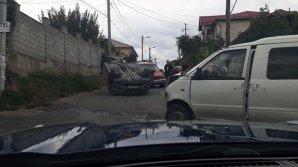 O maşină s-a răsturnat după ce s-a ciocnit violent cu un microbuz (FOTO)