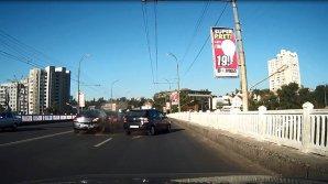ACCIDENT CA ÎN FILME în Capitală. Momentul în care o maşină loveşte puternic un automobil ce staţiona în ambuteiaj (VIDEO)