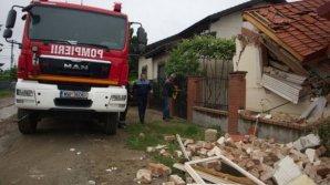Nenorocire într-o familie din România. Doi bărbaţi sunt grav răniţi după ce zidul unei case s-a prăbuşit