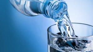 STUDIU: O persoană ingerează anual între 3 și 4.000 de microparticule de plastic din apă