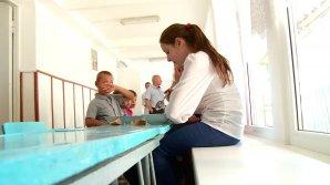 CONDIŢII GREU DE IMAGINAT! Elevii din Cigârleni mănâncă pe coridoare şi merg la bibliotecă într-o fostă toaletă