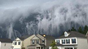 """Parcă prevestea apocalipsa! Furtuna care dă impresia unui """"tsunami"""" pe cer. O femeie a filmat totul (VIDEO)"""