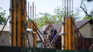 SCANDAL. Oamenii, nemulţumiţi de construcţia unui centru comercial în curtea unui bloc din Capitală