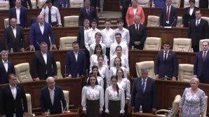"""Tradiție în Parlament. Prima ședință a început cu Imnul de Stat al Republicii Moldova """"Limba Noastră"""" (VIDEO)"""