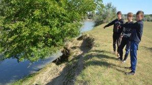 Trei minori au încercat să intre ilegal în România, trecând Prutul înot