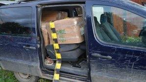 Colete pline cu ţigări moldoveneşti, descoperite în maşina unor români. Ce intenţionau să facă cu ele
