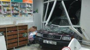 Accident ca în filme la Bălţi. Un bărbat a intrat cu tot cu maşină într-o farmacie (FOTO)