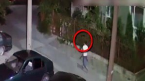 ÎL CAUTĂ POLIŢIA! Ce a făcut acest tânăr în scara unui bloc din Capitală (VIDEO)
